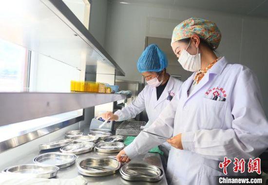 7月下旬,夏河县人民医院医生进行手术用具的消毒清洁。 高展 摄