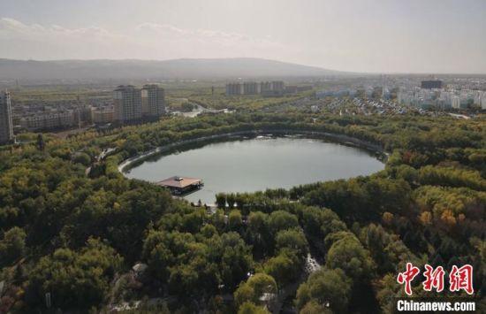 俯瞰嘉峪关东湖生态旅游景区,该景区是国家级4A旅游风景区,满眼绿意惹人醉。(资料图) 丁思 摄