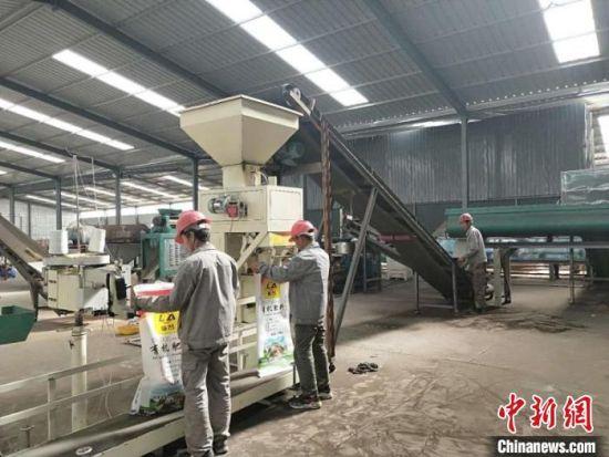 图为临泽县利用凹凸棒抗旱保水缓释特点研发的新型肥料正在打包。(资料图)临泽县凹凸棒产业发展中心供图