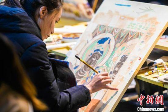 图为研学游学员在敦煌画院学习敦煌壁画临摹技巧。 王斌银 摄