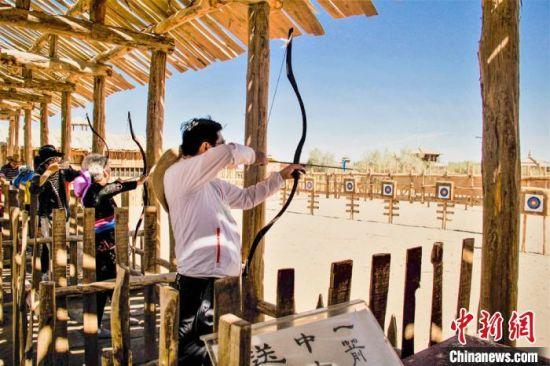 图为研学游学员在阳关博物馆学习射箭。 王斌银 摄