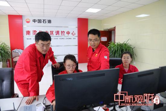 王文龙正在生产调控中心通过视频监控了解站库受损情况。