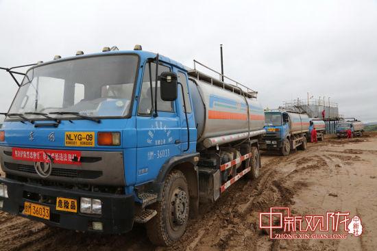 持续降雨造成输油管线受损、部分井场道路被冲毁、拉油车辆通行受阻。