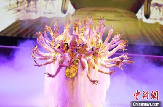 2018年7月25日晚,2018・兰州旅游版舞剧《丝路花雨》在兰州首演,更多观众可近距离感受古老敦煌的魅力。(资料图) 杨艳敏 摄