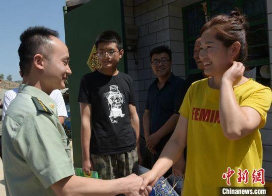 武警某部交通第三支队官兵看望军嫂朱红红。(资料图) 白勇涛 摄