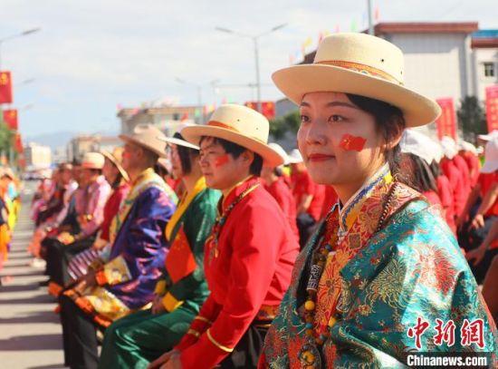 图为甘肃天祝藏族自治县县庆现场。 高展 摄