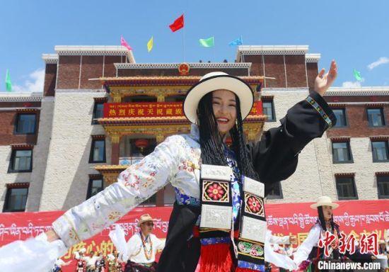 图为各族民众身着节日盛装同跳锅庄,以精彩的表演庆祝天祝藏族自治县成立70周年。 高展 摄