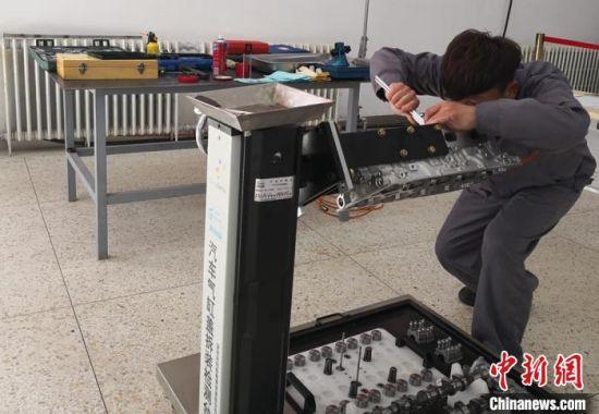 图为职业院校学生参加汽车机电维修项目比赛。(资料图) 刘玉桃 摄