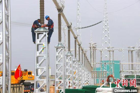 甘肃-青南±800千伏换流站,施工人员对支柱绝缘子接地安装。(资料图) 李海峰 摄