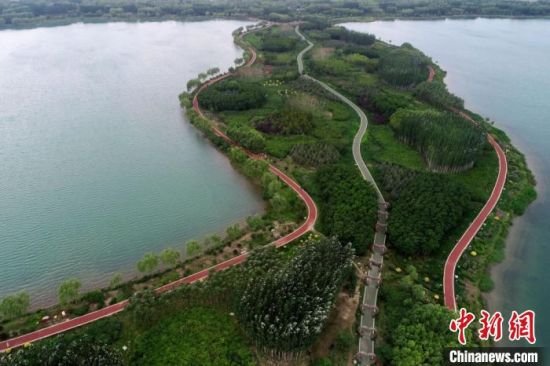 图为航拍位于甘州区境内的芦水湾生态旅游景区,湖水澄澈,风光旖旎。(资料图) 韦德占 摄