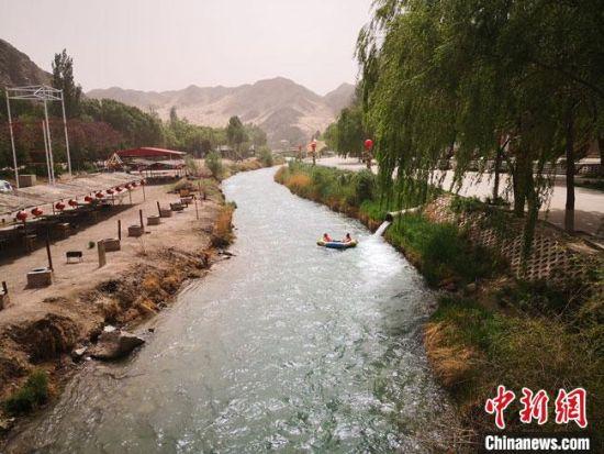 图为2020年5月中旬,甘肃酒泉市境内的赤金峡景区。(资料图) 冯志军 摄