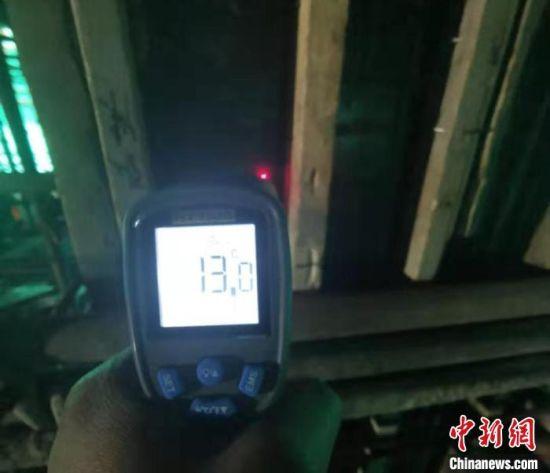 在冬季施工期间,工人使用设备实时测定混凝土温度。(资料图) 甘肃二建集团十六公司供图