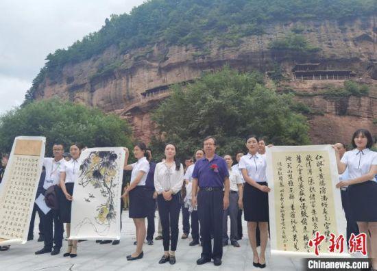 图为书画家们在庄浪县云崖寺捐赠书画作品。 崔琳 摄