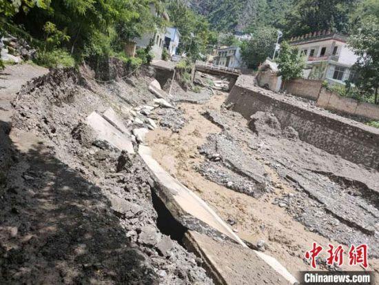 8月6日至7日,甘肃陇南市宕昌县出现大范围雷阵雨天气,部分地方暴发山洪。 高付军 摄