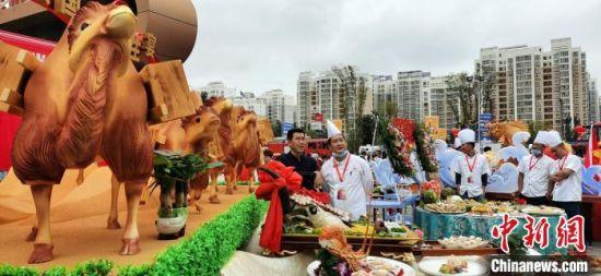 本次大赛为今年甘肃首个省级厨王争霸赛,通过竞赛推动该省餐饮业发展,促进美食文化交流,助力陇菜走向全国。 魏建军 摄