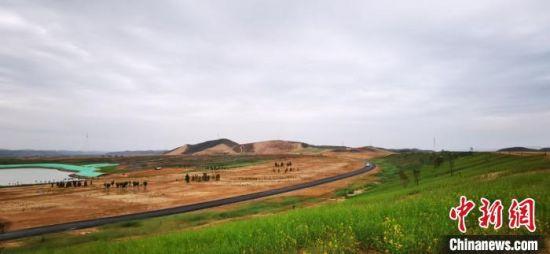 兰州新区已开工建设的石门沟经济林生态修复示范区、段家川生态修复示范区、现代农业公园等9个项目。 魏建军 摄