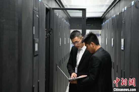 图为技术人员在大数据产业园调试设备。(资料图) 丁凯 摄