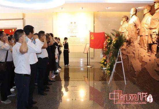 图为参训学员在张一悟纪念馆重温入党誓词。