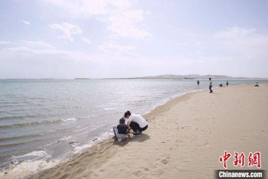 8月下旬,镜头下的甘肃武威市民勤县红崖山水库,碧绿的湖水静幽幽镶在沙海里,滋养着沙乡近30万民众。 阙道华 摄