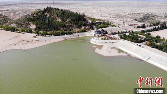 8月下旬,航拍镜头下的甘肃武威市民勤县红崖山水库,碧绿的湖水静幽幽镶在沙海里,滋养着沙乡近30万民众。 高展 摄