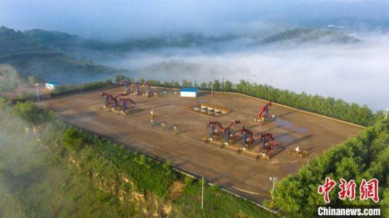 上世纪七十年代,在甘肃庆阳革命老区成立了长庆油田。图为开发了半个世纪的马岭油田工业生态环境优美如画。 李忠斌 摄