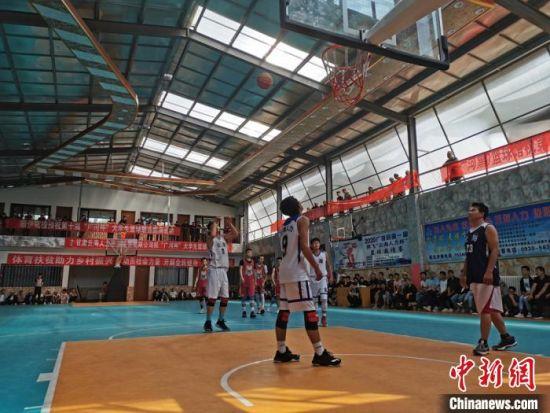 图为临夏州广河县俱乐部内,篮球运动员进行篮球比赛。 闫姣 摄