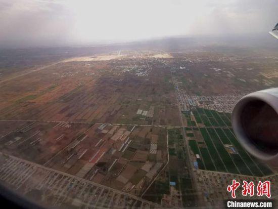 兰州中川国际机场附近的航拍画面。(资料图) 殷春永 摄