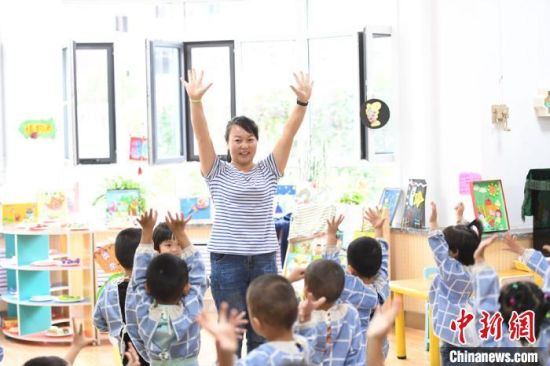 """图为该院刚入学的""""新生"""",在老师的带领下逐渐适应幼儿园的生活。 杨艳敏 摄"""