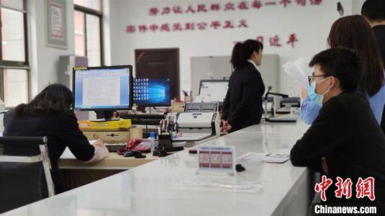 9月9日,定西市中级人民法院案件受理窗口工作人员正在工作。 杨浩仪 摄