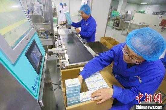 甘肃陇神戎发药业股份有限公司工作人员正在生产车间里包装药品。 高展 摄