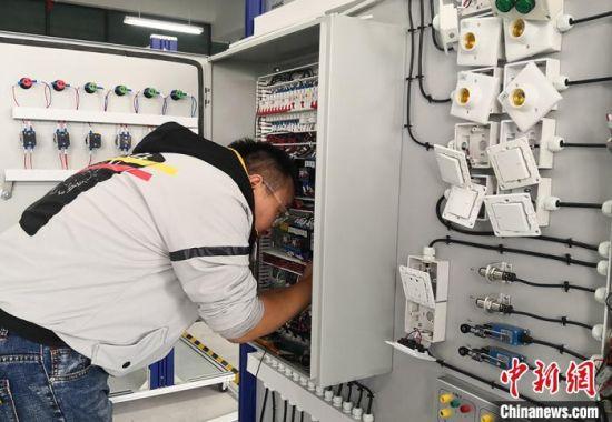 图为学生参加电气装置项目比赛。 刘玉桃 摄