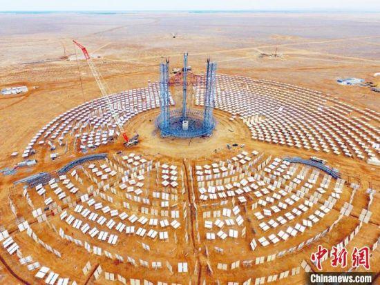 近年来,甘肃省酒泉市玉门市大力发展绿色新能源,继风电之后,光热发电产业成为了玉门的新名片。图为玉门鑫能5万千瓦光热项目建设工地。(资料图) 杨阳 摄