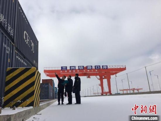 """2017年2月,兰州海关关员在兰州新区中川北海关监管场所对""""兰州号""""国际货运班列集结货物进行监管作业。(资料图)兰州海关供图"""