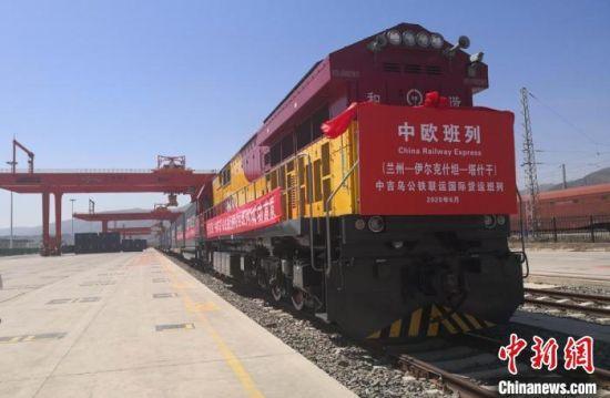 """2020年6月5日,中欧班列""""中吉乌""""公铁联运国际货运班列在甘肃(兰州)国际陆港首发。图为等待发车的班列。(资料图) 杜萍 摄"""