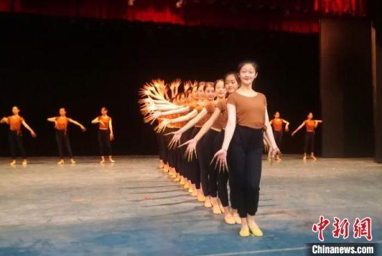 图为2019年9月,兰州文理学院学生排练敦煌舞。(资料图) 李亚龙 摄