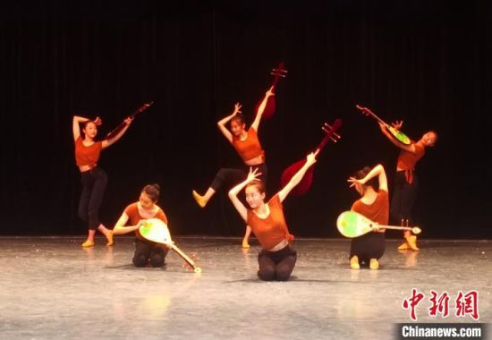 图为兰州文理学院学生排练敦煌舞。(资料图) 李亚龙 摄