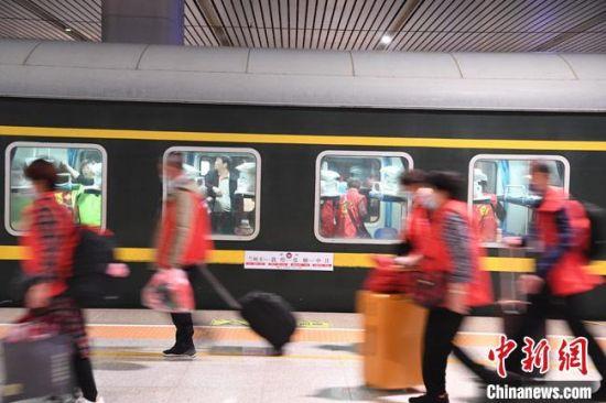 """游客乘坐""""环西部火车游""""旅游列车出行。 杨艳敏 摄"""
