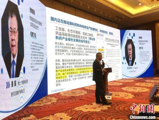 流动化学专题研讨会上,康宁反应器技术有限公司总裁姜毅作报告《微通道连续反应技术提质降本、实现药品安全生产》。 张婧 摄