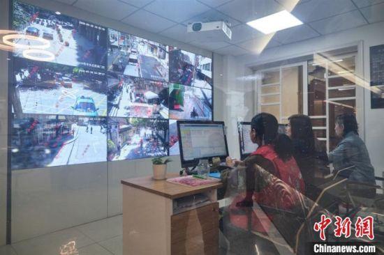 图为酒泉路街道专门设有监控室,及时观察了解辖区安全动态。 卓明 摄