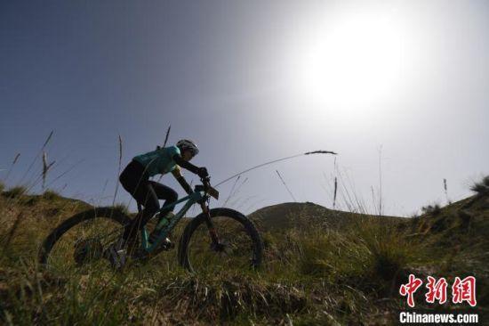 图为骑手们在祁连山天然赛道竞速。 杨艳敏 摄