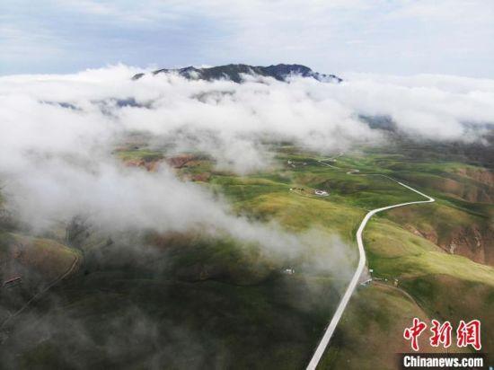 图为夏日甘肃肃南县祁连山区雨后云雾缭绕似画卷。(资料图) 杨艳敏 摄