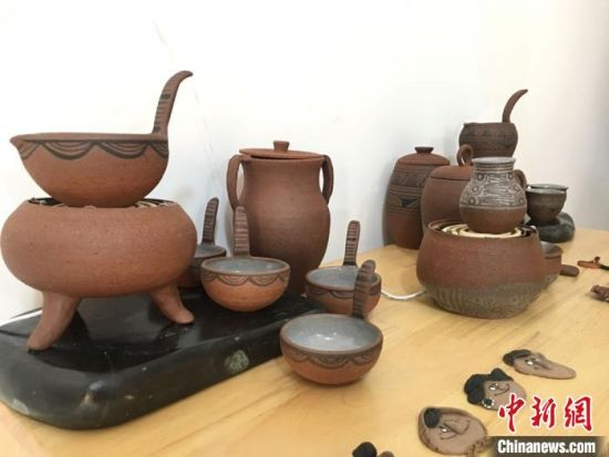 在临洮马家窑文化产业园彩陶小镇上,陶艺设计师蔺博连续多年致力于马家窑文创产品的研发。图为蔺博结合马家窑元素,设计创作的陕甘地区独特品茗风俗习惯――罐罐茶。 张婧 摄