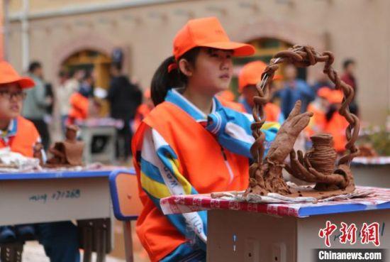 第四届马家窑文化节期间,学生参加临洮县中小学生陶艺大赛。 耿馨宁 摄