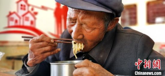 图为钟希玉老人用餐。 魏建军 摄