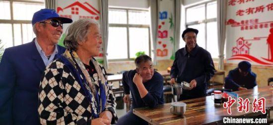 图为老人们餐后畅聊。 魏建军 摄