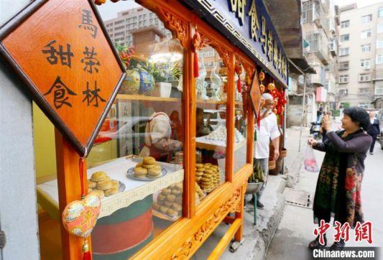 9月下旬,已经吃了30年的顾客马玉泉正在购买月饼。 高展 摄