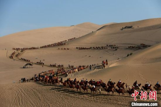 10月1日至8日,敦煌市接待游客40.83万人次,比上年同期增长11.84%。 张晓亮 摄