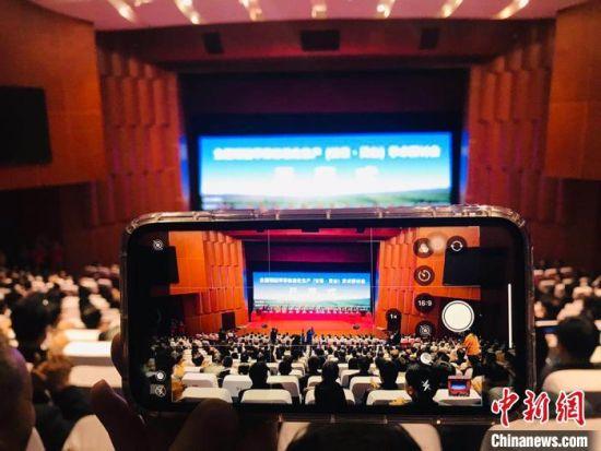 10月14日至15日,全国矮砧苹果标准化生产学术研讨会在甘肃平凉市灵台县举行,图为开幕式现场。 艾庆龙 摄