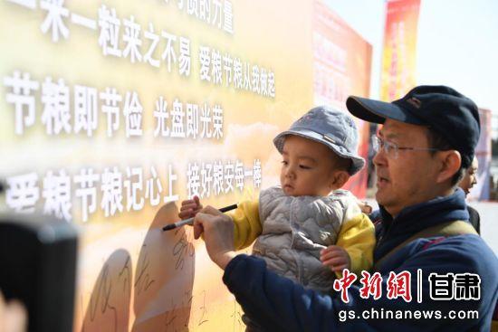 图为市民在展板上签名。杨艳敏 摄