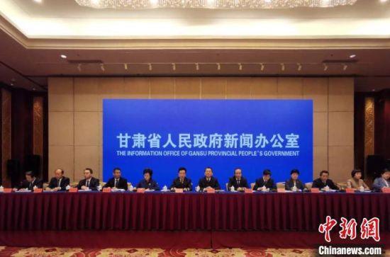 """10月16日,甘肃省政府新闻办举行""""全省东西部扶贫协作和消费扶贫""""专题新闻发布会。 高康迪 摄"""